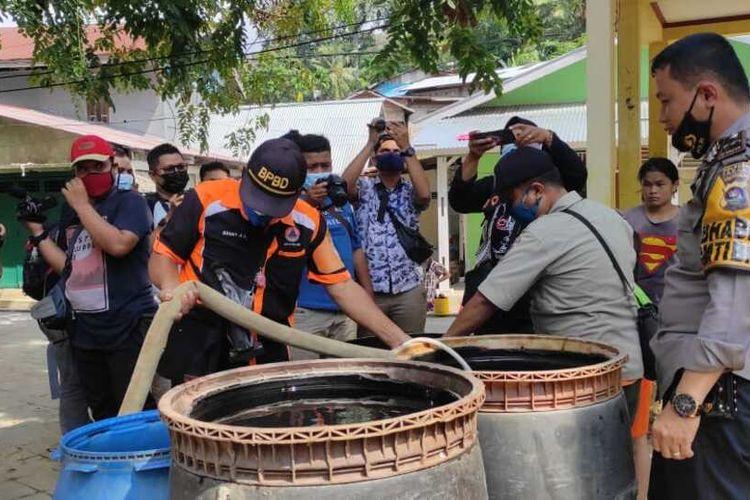 Petugas menyalurkan air bersih kepada warga Padang yang dilanda kekeringan