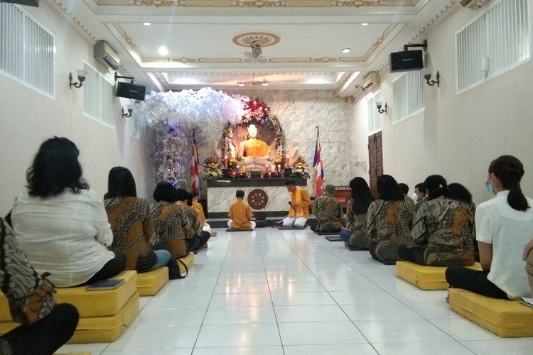 Ummat Buddha tengah melaksanakan prosesi peribadatan Waisak di Vihara Buddha Damma, Kelurahan Karawang Wetan, Kecamatan Karawang Timur, Kabupaten Karawang, Rabu (26/5/2021).