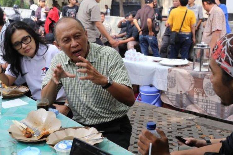Mantan KSAD Jenderal (Purn) Pramono Edhie Wibowo berbincang dengan sejumlah pewarta foto yang tergabung dalam organisasi Pewarta Foto Indonesia Jakarta (PFIJ), di kawasan Bundaran Hotel Indonesia, Jakarta Pusat, Jumat (6/6/2014). Pertemuan ini dalam rangka silaturahmi rutin yang diadakan PFIJ dengan sejumlah tokoh di Indonesia untuk bertukar pikiran yang dikemas dalam diskusi santai.