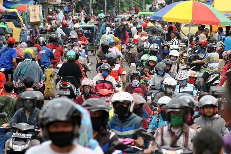 Sejumlah warga dan pengendara motor memadati kawasan Pasar Anyar, Kota Bogor, Jawa Barat, Senin (18/5/2020). Kawasan pasar tradisional tersebut dipadati warga yang ingin berbelanja kebutuhan lebaran meskipun Pemerintah Kota Bogor sedang menerapkan Pembatasan Sosial Berskala Besar (PSBB) untuk mencegah penyebaran virus Corona (COVID-19).