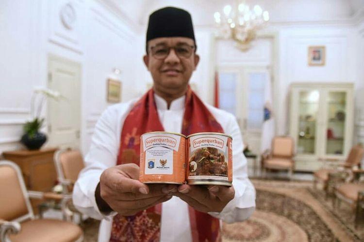 Gubernur DKI Jakarta Anies Baswedan menunjukkan kornet dan rendang kalengan yang diolah dari daging kurban.