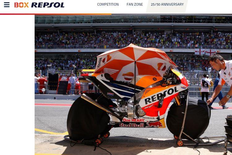 Ban motor tim Repsol Honda sedang diselimuti tyre warmer atau penghangat ban. Sumber foto: Situs resmi Box Repsol (Dok.Box Repsol)