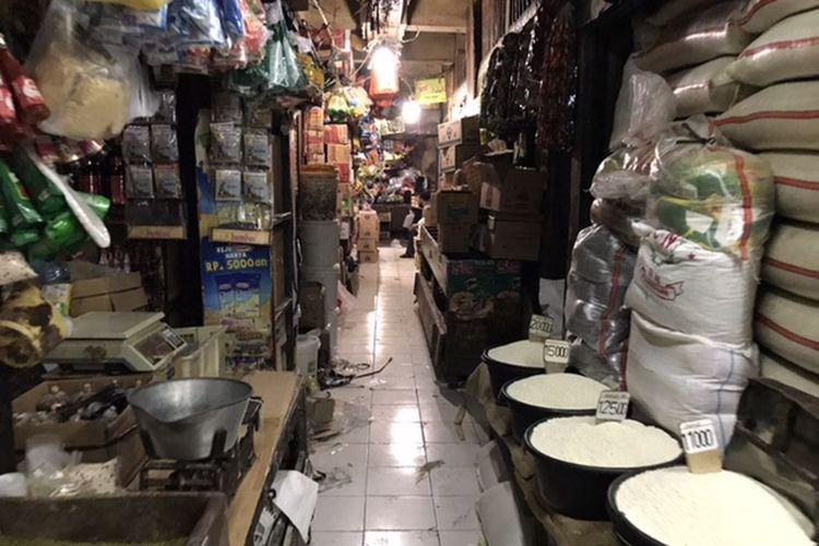 Pedagang berjualan di sebuah lorong di Pasar Minggu, Jakarta, Kamis (2/7/2020). Pemerintah Provinsi DKI Jakarta mulai hari ini menghapuskan sistem ganjil genap dan mengembalikan jam operasional pasar secara normal.