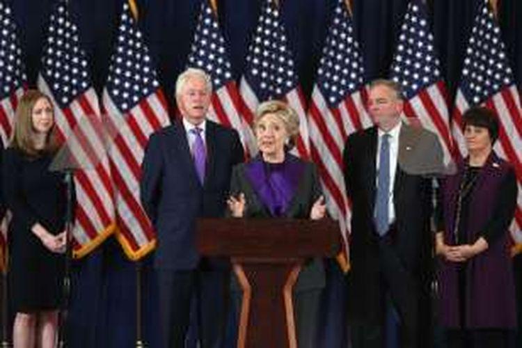 Kandidat presiden AS dari Partai Demokrat Hillary Clinton memberi sambutan di hadapan para pendukung dan anggota tim kampanye di sebuah hotel di Manhattan, New York, Rabu (9/11/2016).