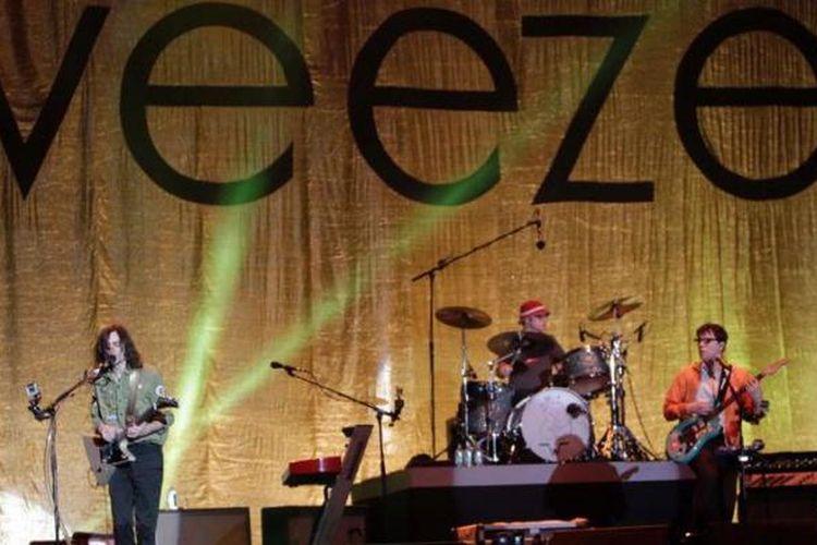 Penampilan grup musik Weezer pada konser mereka di panggung Lapangan D, Senayan, Jakarta Selatan, Selasa (8/1/2013) malam. Weezer merupakan band dengan aliran rock alternatif  yang berasal dari Los Angeles, California, Amerika Serikat.