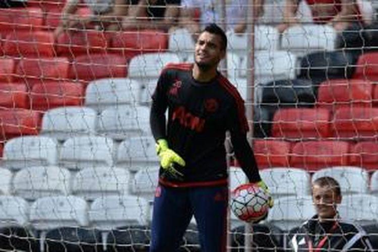 Kiper Manchester United, Sergio Romero, melakukan pemanasan jelang laga Premier League kontra Tottenham Hotspur di Stadion Old Trafford, 8 Agustus 2015.