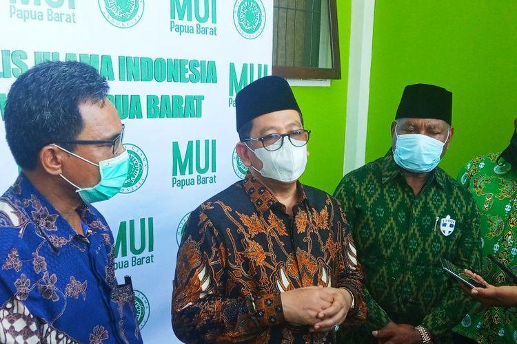 Wakil Menteri Agama RI Zainut Tauhid (tengah) memberikan keterangan pers kepada sejumlah awak media usai meresmikan gedung sekretariat MUI Provinsi Papua Barat di Manokwari pada Jumat (21/8/2020)