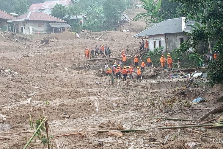 Ratusan tim gabungan Search And Rescue (SAR) masih berjibaku mencari korban yang diduga tertimbun tanah longsor di Kampung Sinar Harapan, Desa Harkat Jaya, Kecamatan Sukajaya, Kabupaten Bogor, Jawa Barat, Senin (7/1/2020).