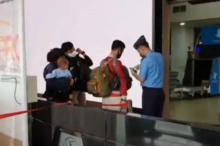 Petugas di Bandara Halim Perdanakusuma, Jakarta Timur, memberikan informasi soal penutupan penerbangan komersial dalam rangka larangan mudik Lebaran 1441 Hijriyah/2020 Masehi, Jumat (24/4/2020).