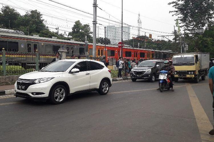 Lalu lintas menuju Stasiun Palmerah kembali beroperasi setelah ditemukam dugaan dus berisi bom pada Selasa (15/5/2018) pukul 14.55 WIB.