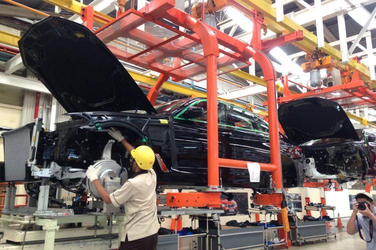 Perakitan BMW Seri 5 terbaru di fasilitas BMW Production Network, PT Gaya Motor, Sunter, Jakarta Utara.