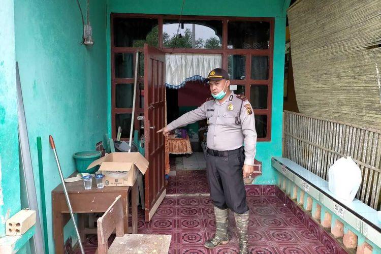 Petugas memasang police line di kediaman EF (50), seorang guru perempuan yang ditemukan tewas di kediamannya di Jalur 5 Desa Marga Rahayu, Kecamata Sumber Marga Telang, Kabupaten Banyuasin, Sumatera Selatan, Kamis (9/7/2020).