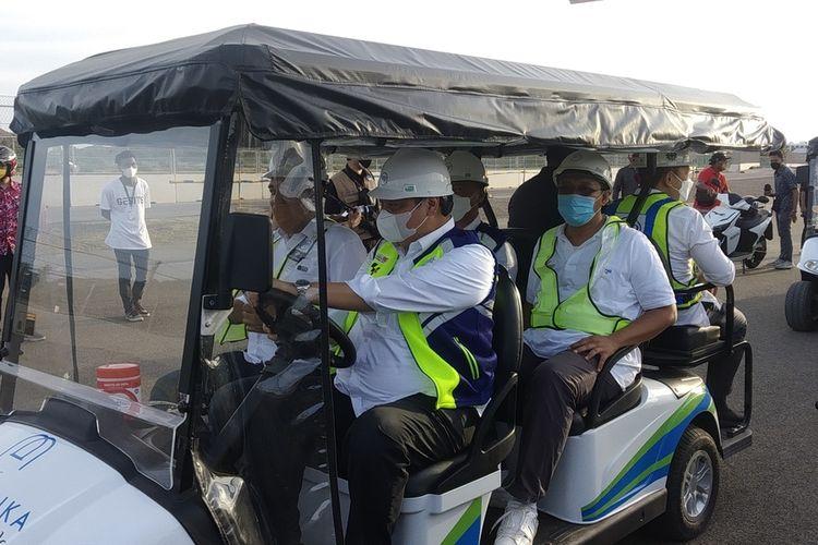 Menteri Koordinator Perekonomian Airlangga Hartarto saat menyetir mobil listrik di sirkuit Mandalika