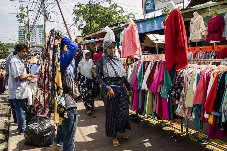 Pengguna jalan melintas diantara Pedagang Kaki Lima (PKL) yang berdagang di atas trotoar di Tanah Abang, Jakarta, Kamis (26/10/2017). Meskipun sudah ditertibkan, para PKL tersebut masih berjualan di atas trotoar dengan alasan Gubernur dan Wakil Gubernur DKI Jakarta Anies Baswedan dan Sandiaga Uno telah berjanji tidak akan mengusir PKL di Jakarta.
