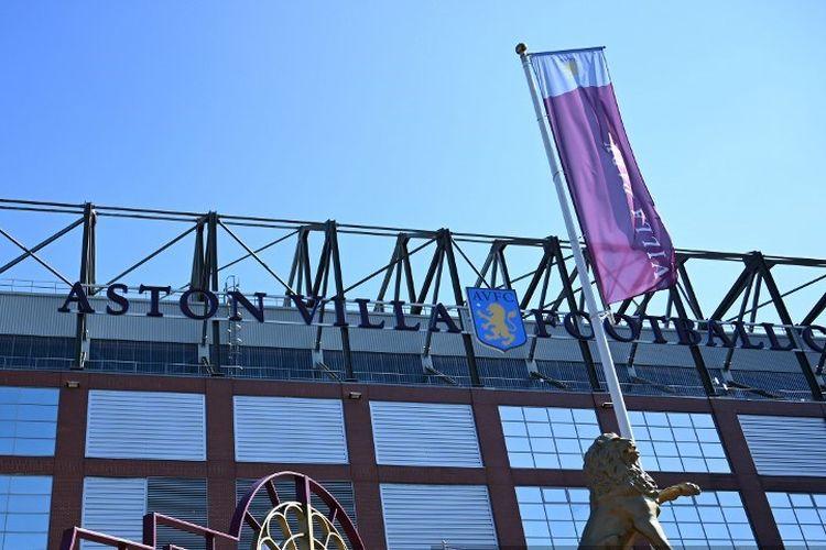 Gerbang stadion klub sepak bola Aston Villa, Villa Park digambarkan di bawah sinar matahari musim semi di Birmingham, Inggris tengah pada 19 April 2020