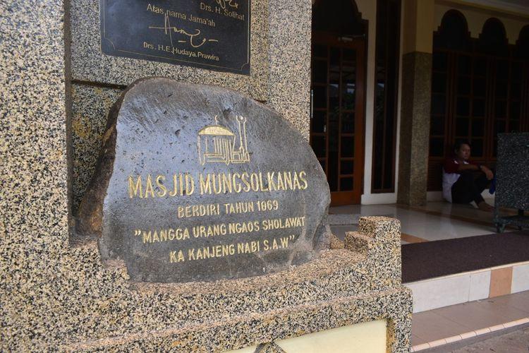 Tampak batu bertuliskan berdirinya Masjid Mungsolkanas yang dibangun pada tahun 1869. Masjid ini merupakan yang salah satu masjid tua di Kota Bandung.
