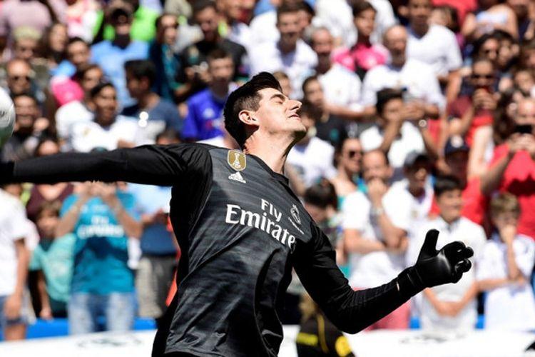 Thibaut Courtois melempar bola ke arah suporter saat diperkenalkan sebagai pemain baru Real Madrid di Stadion Santiago Bernabeu, Madrid, Spanyol pada 9 Agustus 2018.