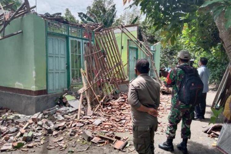 salah satu rumah warga yang rusak berat akibat angin kencang di Desa Ubung Lombok Tengah