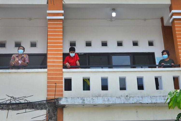 Pasien positif COVID-19 berada di depan ruangan isolasi di Gedung Akbid, Kudus, Jawa Tengah, Rabu (2/6/2021). Berdasarkan data dari Gugus Tugas Pencegahan dan Pengendalian COVID-19 setempat, jumlah kasus terkonfirmasi positif COVID-19 per 2/6/2021 mencapai 1.243 orang dan 189 di antaranya tenaga kesehatan. ANTARA FOTO/Yusuf Nugroho/nz