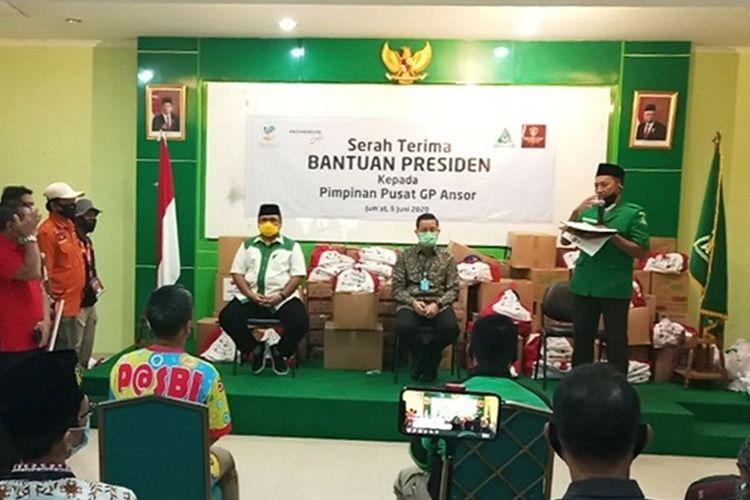PT Pos Indonesia melakukan serah terima bantuan sembako kepada GP Anshor untuk didistribusikan kepada Keluarga Penerima Manfaat, Jumat, (5/2020).