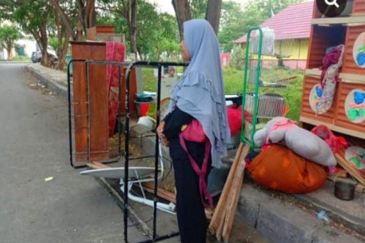 Oni Hadijah, warga Kelurahan Sarae, Kota Bima, bersama anak perempuannya hidup telantar karena tak memiliki rumah setelah diusir dari rumah dinas tempat ia bekerja.