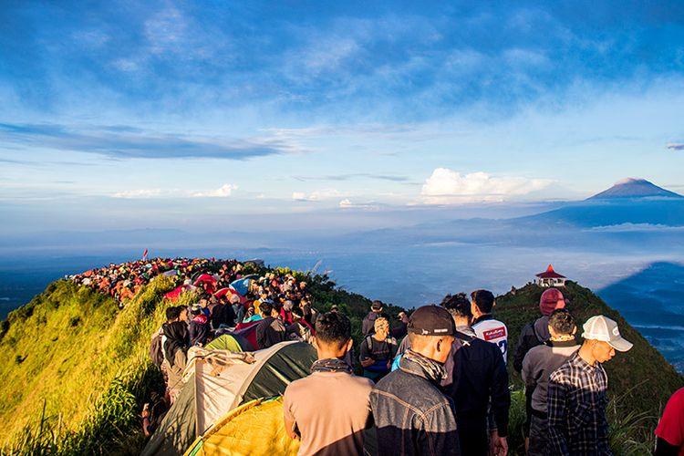 Puncak Gunung Andong yang ramai bagai pasar di akhir pekan. (10/03/2019).