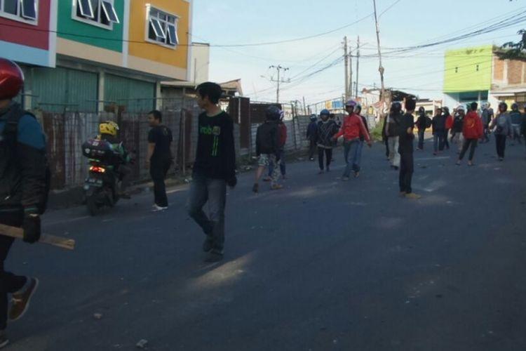 Suasana saat terjadinya bentrok antara kelompok sopir angkot dengan pengojek online di Jalan Raya Sangiang, Kota Tangerang, Rabu (8/3/2017) sore. Keributan dipicu demo dari sopir angkot yang disebut memperlakukan ojek online dengan kasar dengan cara sweeping.