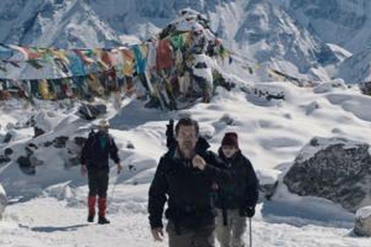 Josh Brolin dan Jason Clarke dalam film Everest.
