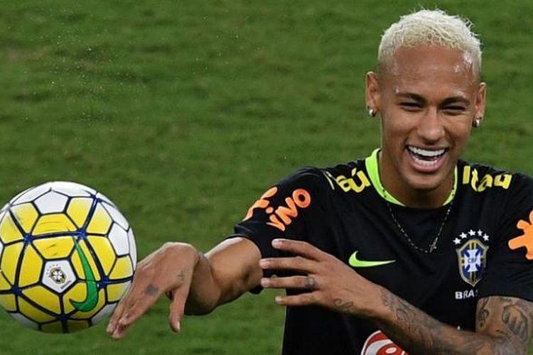 Striker Brasil, Neymar, menjalani sesi latihan di Arena das Dunas, Natal, Brasil, pada Rabu (5/10/2016).