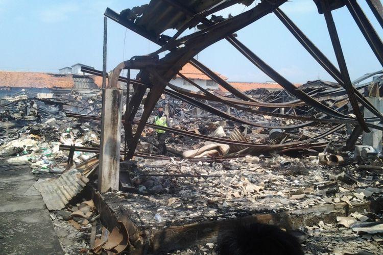 Polisi saat memeriksa puing-puing sisa kebakaran pasar Kaliwungu Kendal.
