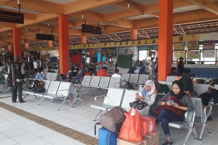 Suasana ruang tunggu penumpang di Terminal Kampung Rambutan pada H-8 Lebaran, Selasa (28/5/2019).