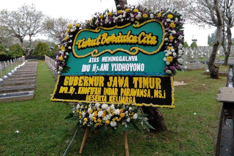 Karangan Bunga Dari Khofifah Indah Parawansa untuk Ani Yudhoyono di Taman Makam Pahlawan Kalibata, Jakarta Selatan, Sabtu (1/6/2019)