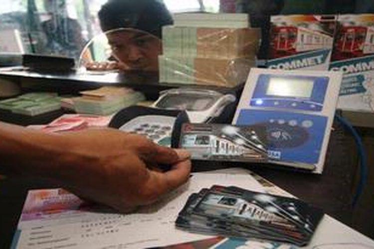 Tahap awal penerapan Kartu COMMET (Commuter Electronik Ticketing) dimulai sejak 1 Febuari dan diperjual belikan di 35 stasiun seperti tampak di stasiun Palmerah, , Jakarta, Rabu (1/2/2012). Sebagai tahapan penerapan program E-Ticketing, PT Kereta Api Indonesia (Persero) dan PT KAI Commuter Jabodetabek  mengganti KTB (Kartu Trayek Bulanan)/KLS (Kartu Langganan Sekolah) menjadi Kartu COMMET sebagai alternatif penganti karcis konvensional yang dapat diisi ulang. Dalam masa penjualan perdana tahap 1, hingga 3 Februari, pembelian kartu Commet tidak dikenai biaya kartu.