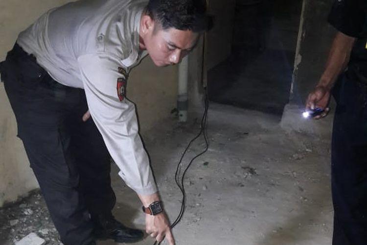 Petugas Polsek Tambang, melakukan olah TKP di lokasi remaja yang ditemukan tewas diduga akibat tersengat listrik di Desa Kualu, Kecamatan Tambang, Kabupaten Kampar, Riau, Selasa (9/4/2019). Dok. Polres Kampar