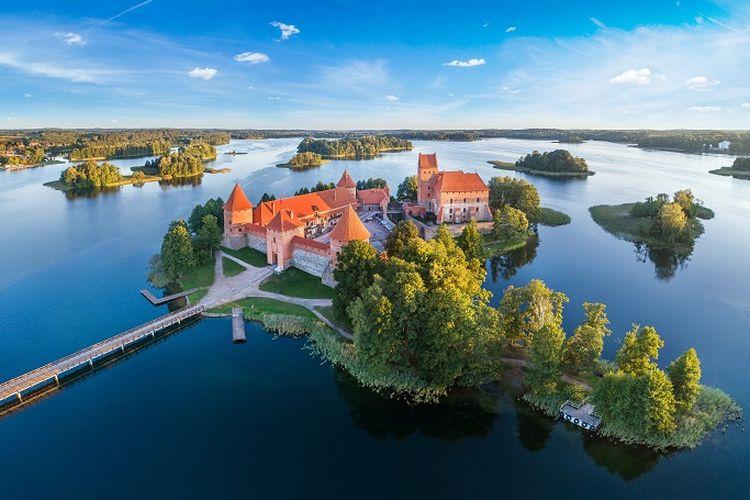 Ilustrasi Lithuania - Tempat wisata bernama Trakai Island Castle di Trakai, Lithuania.