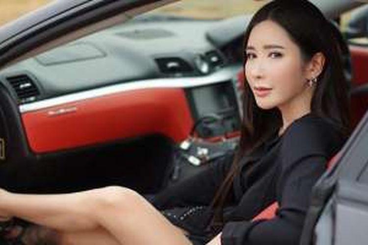 Jamie Chua dalam salah satu mobil mewah milik pribadi