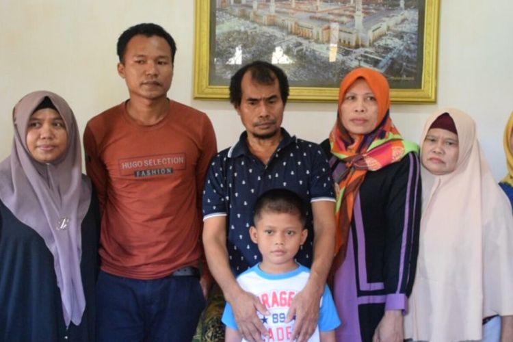 Dua orang korban sandera Abu Sayyaf, Samiun Maneu (coklat) dan Maharudin Lunani (biru), telah berkumpul kembali bersama keluarganya di Kota Baubau, Sulawesi Tenggara, Jumat (27/12/2019).
