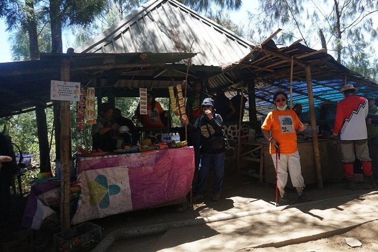Pendaki beristirahat di Pos 1 pendakian Gunung Semeru, Jawa Timur, Rabu (18/9/2019). Gunung Semeru merupakan gunung tertinggi di Pulau Jawa dengan ketinggian sekitar 3.676 meter di atas permukaan laut.