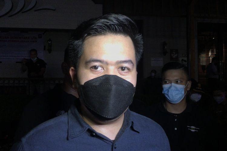 Outlet Manajer Holywings Kemang, Joseph Ado memberikan keterangan pers sesuai Satpol PP DKI Jakarta membekukan operasional mulai Senin (6/9/2021) malam.
