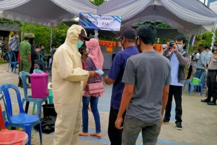 Para pemilih antre untuk menyalurkan hak pilihnya pada PSU Pemilihan Wali Kota dan Wakil Wali Kota Banjarmasin 2020 di Banjarmasin, Rabu (28/4/2021).