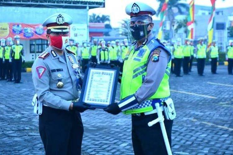 Aipda Purnomo saat menerima penghargaan dari Kakorlantas Mabes Polri melalu Dirlantas Polda Jatim