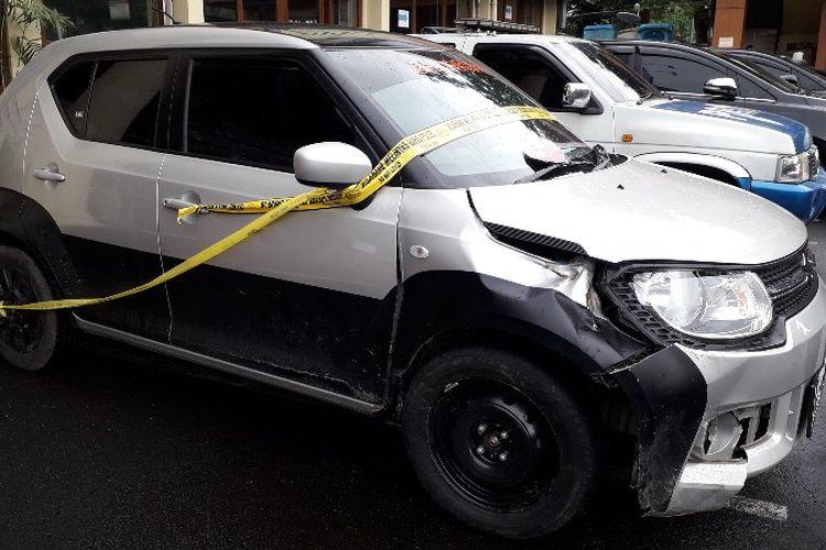 Barang bukti pengungkapan kasus pembunuhan dengan modus kecelakaan lalu lintas pada Rabu (25/4/2018) di Mapolsek Metro Jakarta Barat.