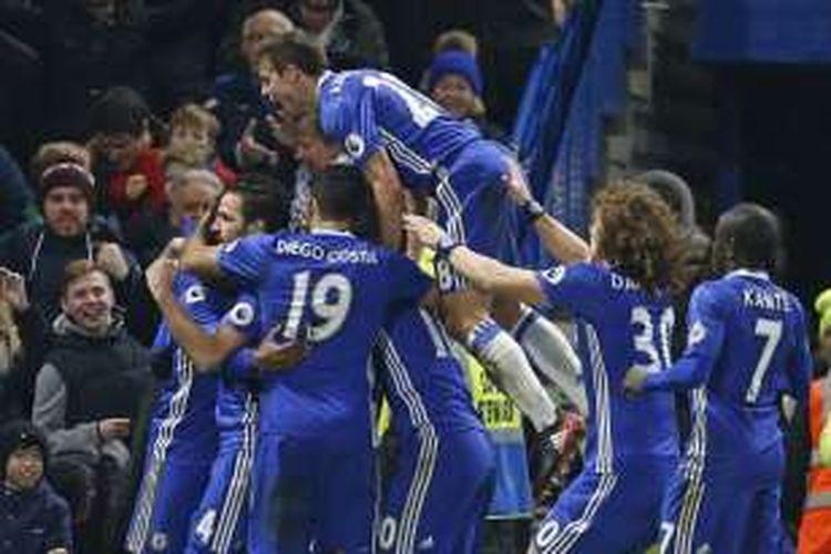 Para pemain Chelsea merayakan gol ke gawang Stoke City dalam lanjutan Premier League, di Stadion Stamford Bridge, Sabtu (31/12/2016).