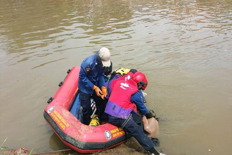 Proses evakuasi jasad MS di Kali Banjir Kanal Barat, Palmerah, Senin (13/4/2020)