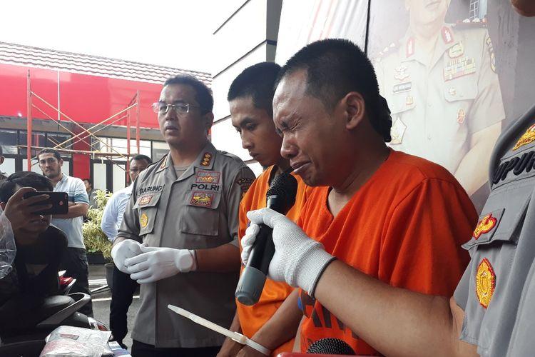 Aris Sugianto (tengah) 1 dari 2 pelaku pembunuhan mayat dalam koper di Mapolda Jatim, Senin (15/4/2019)
