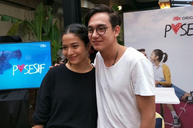 Putri Mirano dan Adipati Dolken saat jumpa pers peluncuran film Iflix Original: Posesif di Hotel Monopoli, Kemang, Jakarta Selatan, Rabu (7/3/2018).
