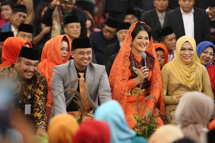 Putri Presiden Joko Widodo, Kahiyang Ayu (kedua kanan) bersama suaminya Bobby Afif Nasution mengikuti ritual adat Mangalo-alo Mora pada ngunduh mantu resepsi pernikahannya di Medan, Sumatera Utara, Jumat (24/11). Mangalo-alo Mora merupakan salah satu rangkaian prosesi adat Batak Mandailing dalam rangkaian acara ngunduh mantu putri Presiden Joko Widodo, Kahiyang Ayu dan suaminya Bobby Nasution.