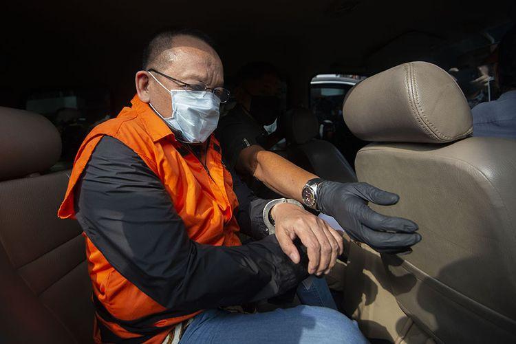 Tersangka kasus dugaan suap gratifikasi senilai Rp46 miliar, Nurhadi memasuki mobil usai menjalani pemeriksaan di Gedung KPK, Jakarta, Selasa (2/6/2020). KPK menangkap Nurhadi yang merupakan mantan Sekretaris Mahkamah Agung (MA) dan menantunya, Riezky Herbiyono di Simprug, Jakarta Selatan pada Senin (1/6) malam setelah buron sejak hampir empat bulan lalu.