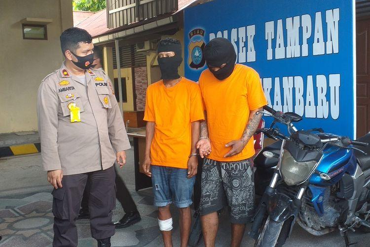 Kapolsek Tampan Kompol Hotmartua Ambarita saat menggelar ekspos penangkapan dua pelaku spesialis curanmor di Polsek Tampan, Kota Pekanbaru, Riau, Senin (10/8/2020).
