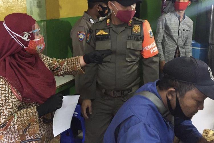 Lurah Tebet Timur, Siti Fauziah Ghozali menyidak sebuah warteg di kawasan Tebet Timur, Tebet, Jakarta pada Kamis (17/9/2020) dalam rangka pengawasan penerapan PSBB Jakarta.